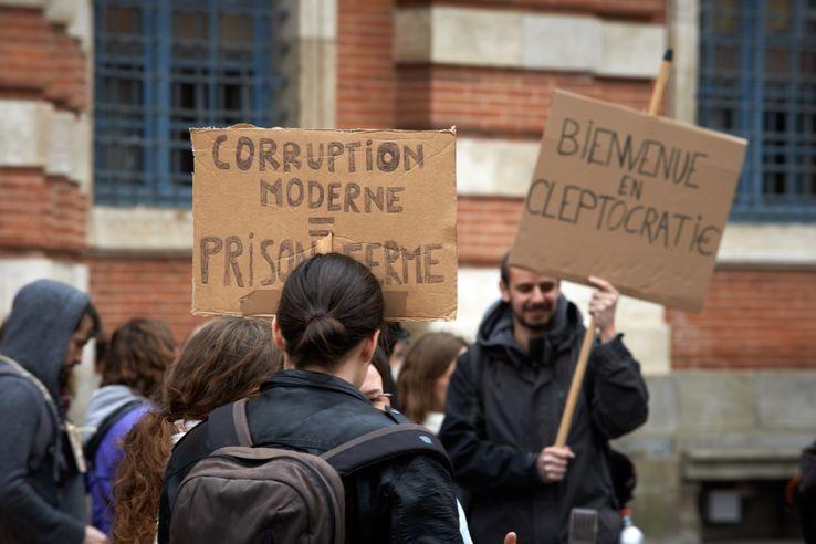 «Bienvenue en cleptocratie», pancarte